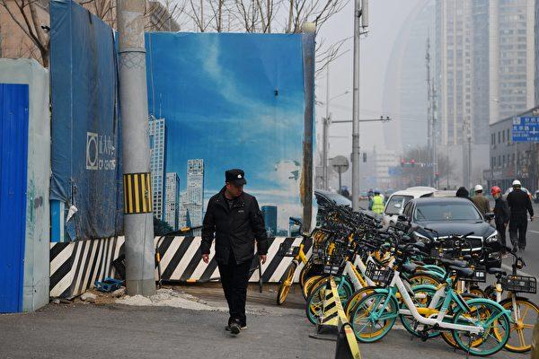 中共全国政协会议结束的今日(3月10日),北京又是重度阴霾天。图为2021年3月10日的北京。( GREG BAKER/AFP via Getty Images)