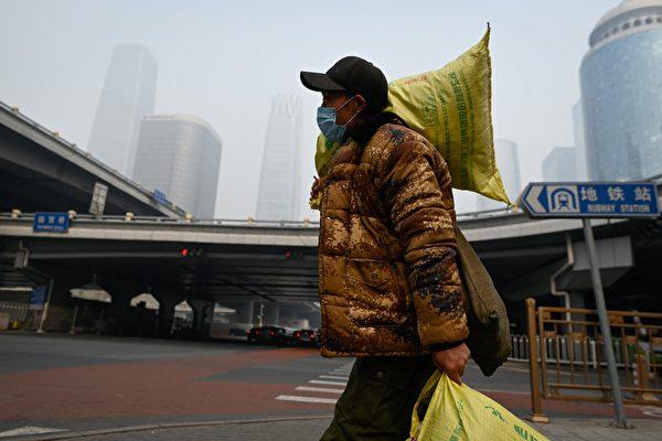 中共全国政协会议结束的今日(3月10日),北京又是重度阴霾天。图为2021年3月10日北京街头。( WANG ZHAO/AFP via Getty Images)