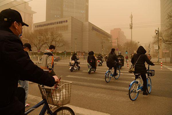 3月15日,北京市出现沙尘暴,满天黄沙、遮天蔽日。图为3月15日北京市的情况。(GREG BAKER/AFP via Getty Images)