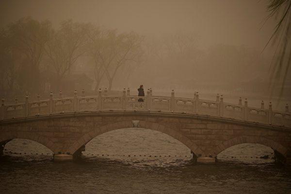 3月15日,北京市出现沙尘暴,满天黄沙、遮天蔽日。图为3月15日北京后海的情况。(NOEL CELIS/AFP via Getty Images)