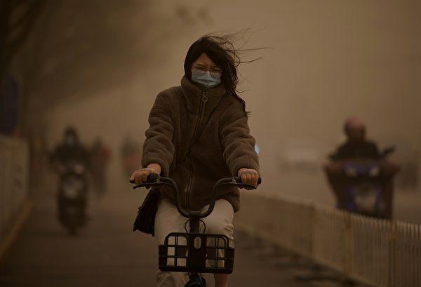 今天(3月15日),北京市被漫天黄沙笼罩,空气污染已达严重污染水平。图为3月15日北京市街头。(NOEL CELIS/AFP via Getty Images)