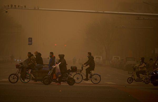3月15日,北京市出现沙尘暴,满天黄沙、遮天蔽日。图为3月15日北京市的情况。(NOEL CELIS/AFP via Getty Images)