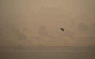 北京遭10年最强沙尘暴袭击 逾400航班取消