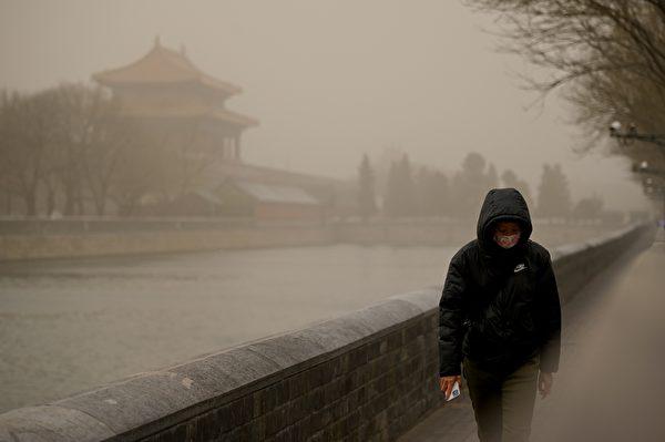今天(3月15日),北京市被漫天黄沙笼罩,空气污染已达严重污染水平。图为3月15日北京故宫紫禁城外。(WANG ZHAO/AFP via Getty Images)