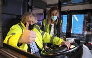 组图:英国首相约翰逊访问公交车公司