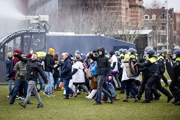 荷蘭多地抗議防疫封鎖 警民暴力衝突升級