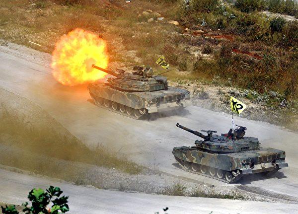 2011年9月30日,美国与韩国举行联合军事演习期间,韩国的K-1坦克进行实弹射击。(Jung Yeon-Je/AFP via Getty Images)