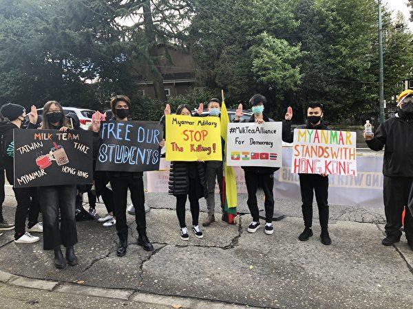 圖:3月7日,溫哥華支援民主運動聯合會(簡稱溫支聯)舉行大型集會,抗議最近中共在香港非法抓捕47名泛民主派人士。(隋詩/大紀元)