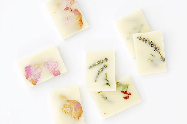 可以挂在衣柜的美丽香氛:花卉蜂蜡香砖