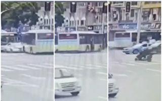 南昌公交連撞2車 90度轉彎衝入路邊店內
