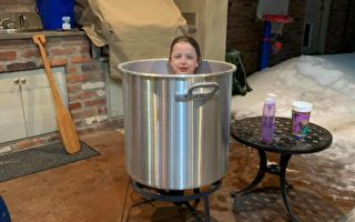 停水停电 美国母亲妙用龙虾锅为孩子洗澡