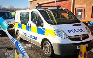 """英少年向警车掷泥浆 警察让其用牙刷""""清洁"""""""