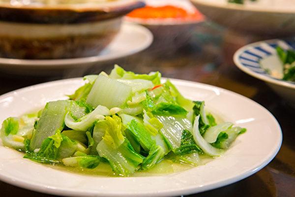 小白菜在中醫觀點裡屬於比較寒的菜,可加溫熱的薑絲去平衡。(Shutterstock)