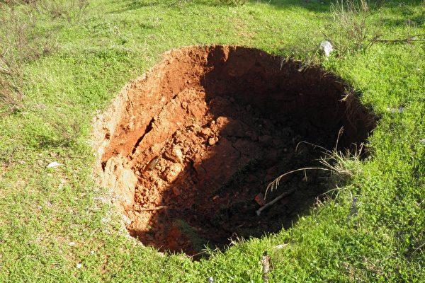 致命地震发生后 克罗埃西亚冒出上百个天坑