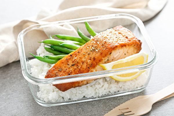 吃得太少不會變瘦,反而更容易發胖,甚至讓身體亮紅燈。(Shutterstock)