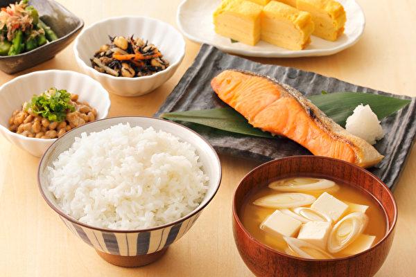 不管是減重期或是維持期,我盡可能一天吃三餐,而且會均衡攝取碳水化合物、蛋白質、脂肪和纖維質。(Shutterstock)