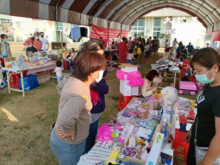 新市花田音乐会中也有二手摊位市集。