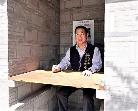 臺中市文化局長張大春體驗貢院考生試場空間。