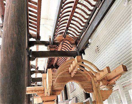 臺灣府儒考棚保留的有捲棚,木作工法特殊。
