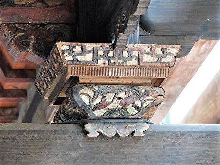 臺灣府儒考棚保存的花籃形斗,有鯉魚戲水的雕刻。