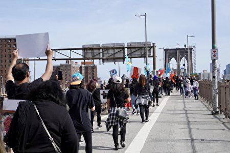 當天有600人參與從布碌崙橋的曼哈頓入口處游行至另一端,隊伍拉得很長。