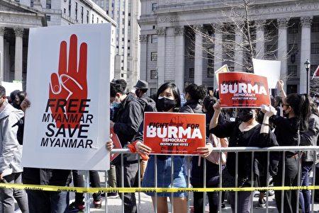 """2021年3月27日,民眾在外圍舉著寫有""""為緬甸而戰""""、""""自由緬甸""""等標語的展版響應""""奶茶聯盟""""。"""