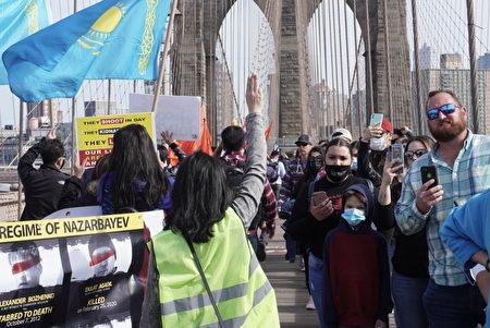 """""""奶茶聯盟""""在紐約市曼哈頓布碌崙橋上游行時,吸引許多行人圍觀拍照。"""