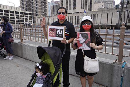民眾攜家帶眷聲援遭打壓的緬甸民運人士。