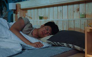 泰國小偷行竊時竟然睡著 被警察叫醒