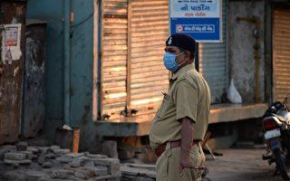 印度警察攔下摩托車騎士 原因你想不到