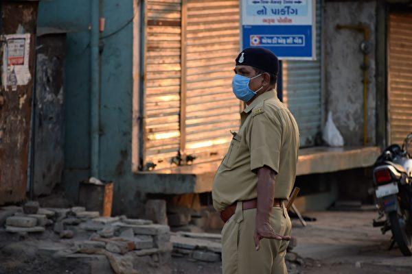 印度警察拦下摩托车骑士 原因你想不到