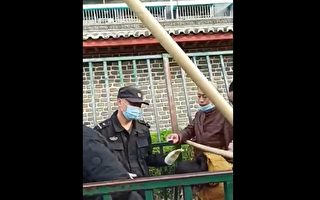 中共国家信访局通道横卡大木棍 让访民钻过去