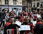組圖:巴黎人以浪漫的戶外活動 應對封城