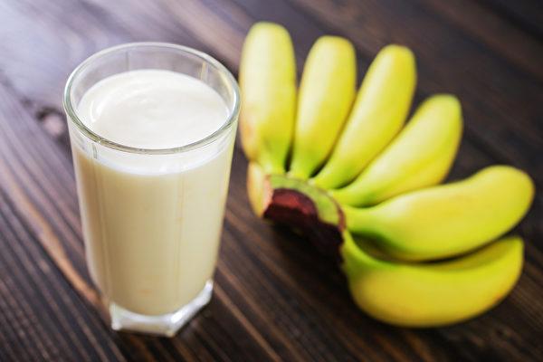 睡前吃香蕉、牛奶或優格可幫助入睡。(Shutterstock)