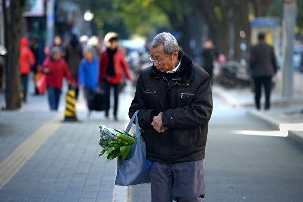 """""""逼人上绝路"""" 中共频扣高龄老人养老金"""