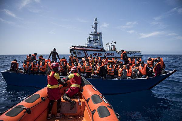 组图:西班牙非政府组织营救海上移民