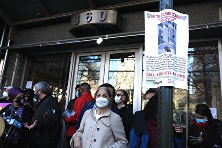 65歲亞裔婦女在曼哈頓被打事件的發生地,一天後(3月30日)已經看到有警局發布對嫌犯的通緝令。