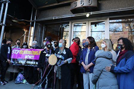 30日下午,曼哈頓區長高步邇(Gale A Brewer)在65歲亞裔週一遇襲的地點召開記者會譴責仇恨犯罪。