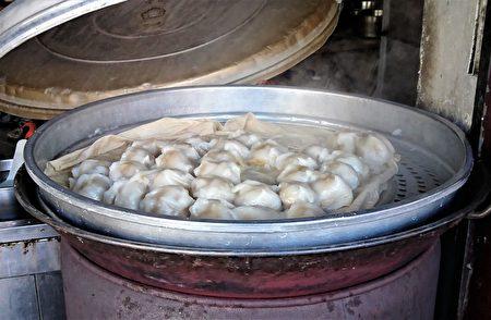 台南口味的蒸肉圆,既不油炸也不泡油,而且还三个小肉圆算一份。