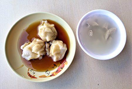 小小一口肉圆,再配上简单的甜酱油和一碗清爽的四神猪肠汤,就能让来客饱足一顿。