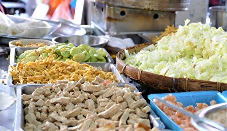 金得春卷的内馅除了鸡蛋丝、豆干丝、卤肉丝,还有鲜绿白胖的皇帝豆,是口感丰富的清爽的卷饼。