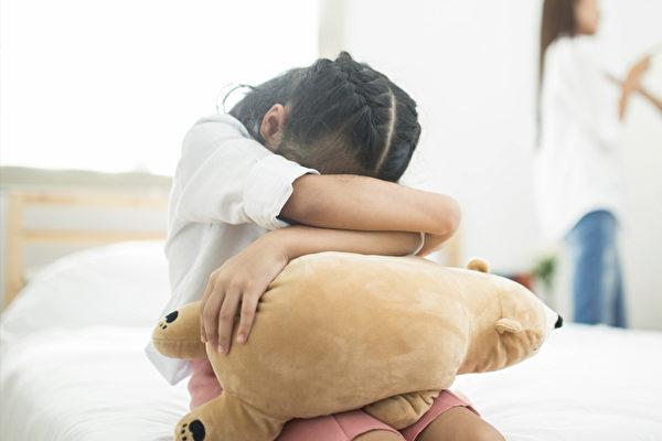 負面的語言不但會傷了孩子的自尊心,也會給孩子貼上標籤。(Shutterstock)