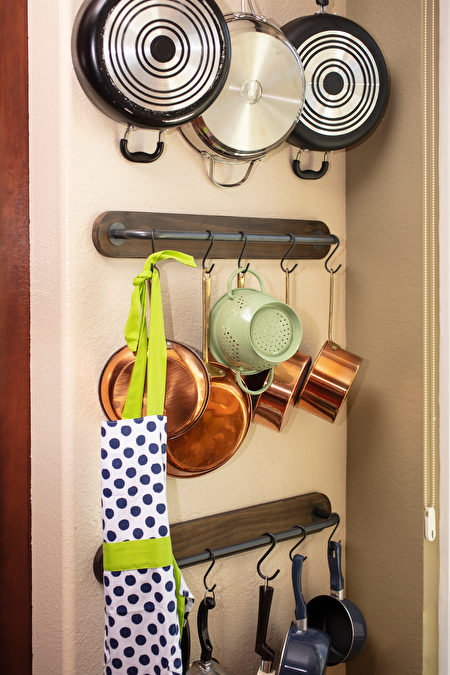 Pots,And,Pans,Hanging,On,A,Kitchen,Wall,To,Save,Shutterstock,锅