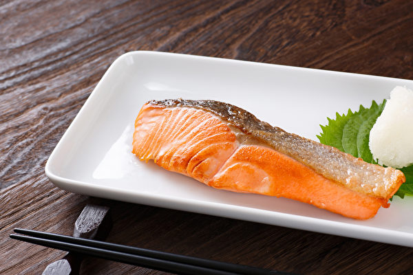 鲑鱼含5种营养素,有护脑、护心的效果,但2类人不宜多吃。(Shutterstock)