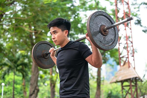 美國健身強人麥可.馬修斯指出,上健身房的人,十有八九練法錯誤,對於增肌存有十大迷思。(Shutterstock)