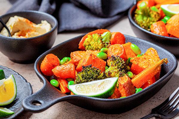 吃素食(特别是纯素)能防癌、降新冠肺炎感染风险,均衡食用多种素食才不会缺营养素。(Shutterstock)