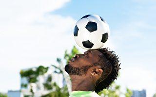 """头顶足球""""月球漫步""""几内亚男子创世界纪录"""