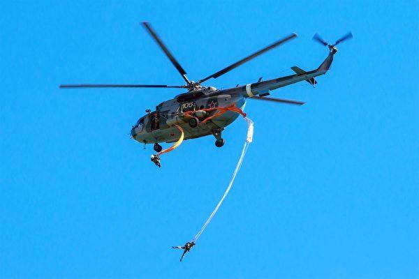 降落伞缠绕直升机 俄士兵吊挂2000米高空