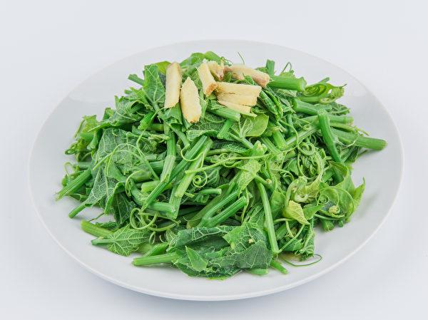 龙须菜清炒很美味,若加蛋拌炒,能增添蛋香并丰富口感。(Shutterstock)