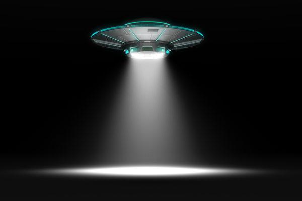 曾三次目擊UFO 英國模特相信有外星文明